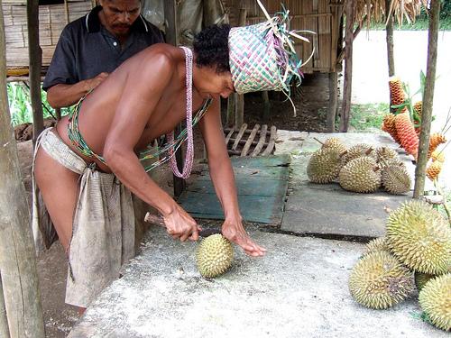 Orang Asli bei der Zubereitung einer Dur by Georg Wittberger