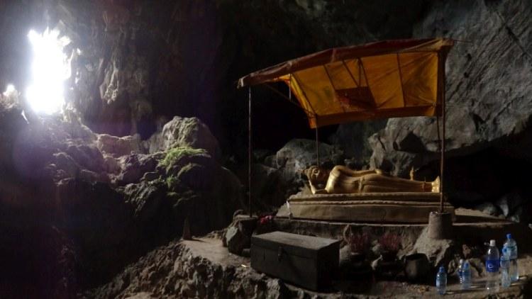 Vang Vieng - reclining Buddha in Tham Phu Kham Cave